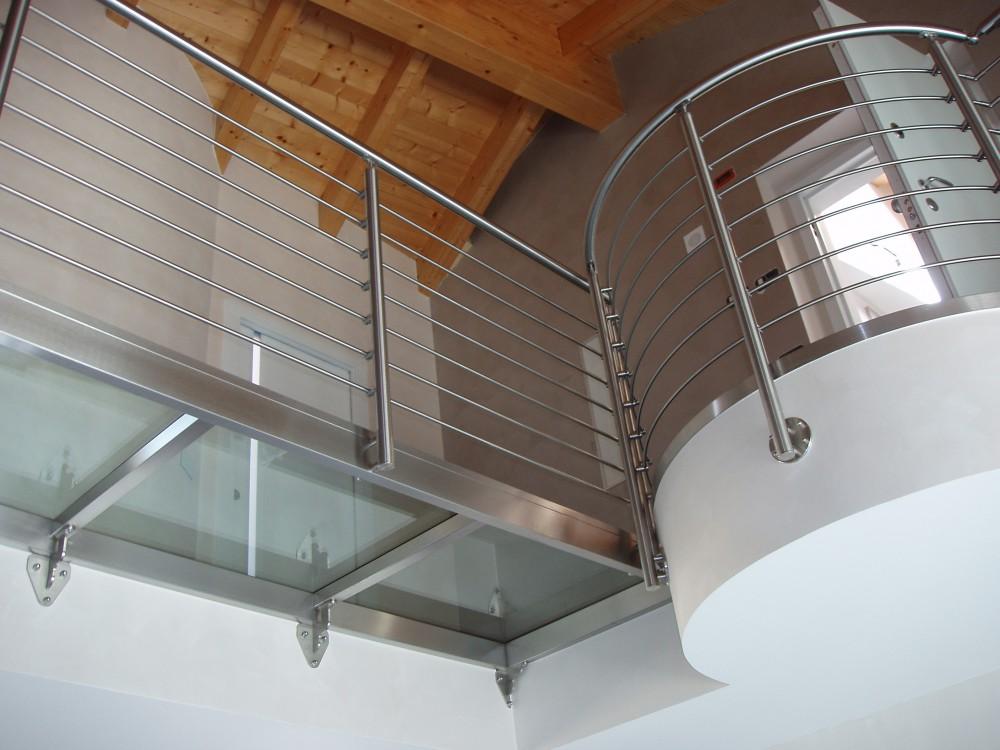 Scale su misura per interni elicoidali a chiocciola a giorno a sbalzo in ferro acciaio - Corrimano in vetro per scale ...